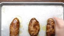 Nalijte na ně olivový olej a osolte je 2 lžičkami soli. Olej se solí do brambor vetřete ze všech stran. Pečte při 180 °C cca jednu   hodinu.