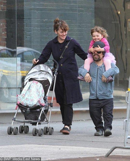 Jeho představitel osmačtyřicetiletý Peter Dinklage je v reálném životě šťastně ženatý s Ericou Schmidt, se kterou má pětiletou dceru a nedávno se jim narodilo druhé dítě. Pár si ale velmi hlídá své soukromí.