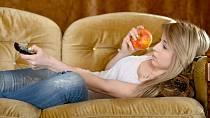 Místo sušenek a chipsů si u televize navykněte chroupat něco zdravého.