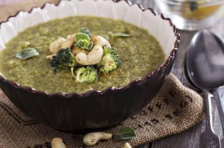 Brokolicová polévka s kešu ořechy