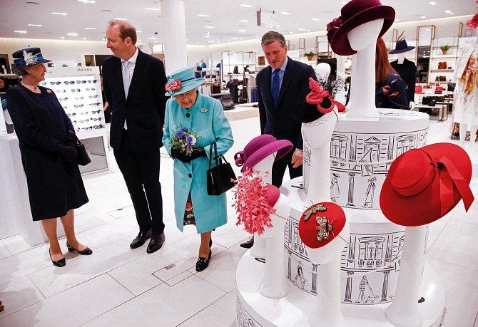 Královna pokukuje po nových hučkách.