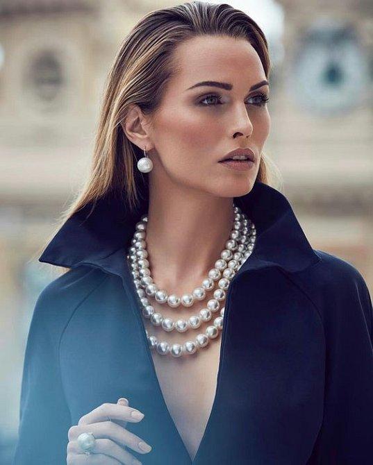 Perly nejsou jen pro vznešené. Slaďte je s jednoduchým outfitem a máte vyhráno.