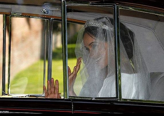 Meghan přijíždí na obřad.
