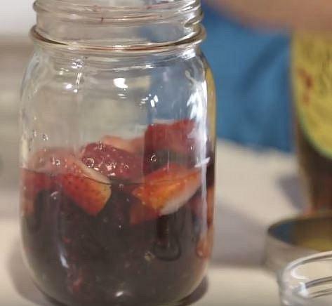 Teď něco sladkého, ale přesto zdravého. Budete potřebovat hrnek ovoce dle chuti, špetku citrónové kůry, špetku skořice, lžíci javorového sirupu a půl hrnku vody.