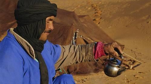 <p>Popíjení čaje je oblíbené v každém klimatu: v zimě zahřeje, v horkých dnech osvěží.</p>