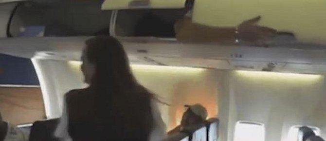 6. Oblíbeným vtípkem některých pasažérů je vlézt si do úložného prostoru a pak děsit letušky...