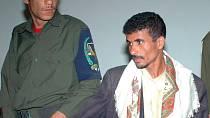 Jemenský voják přivádí k soudu třicetiletého manžela Nujood Faez Ali Thamera.