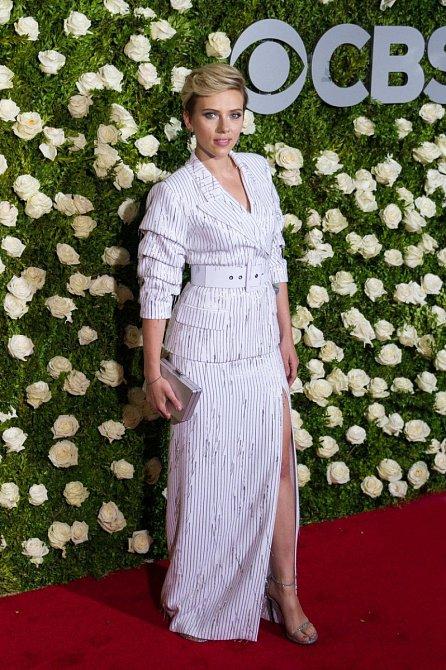 Premiéra zaštítená CBS a pruhované šaty z bavlny. Poněkud folklórní.