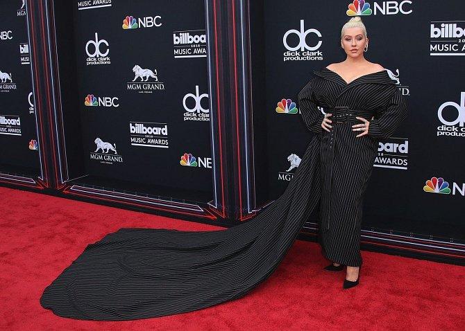 Zpěvačka Christina Aguilera šlápla při výběru šatů na udílení cen Billboard Music Awards velmi vedle. Neforemná róba s proužky nejspíš představuje noční můru každého návrháře.