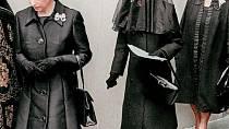 Wallis Simpson na pohřbu svého muže. Před ní královna Alžběta II., za ní královna matka.