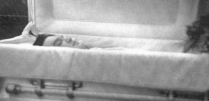Elvis Presley - byl nalezen mrtvý 16. srpna 1977 ve své koupelně. Podle všeho došlo k zástavě srdce vinou požití drog.