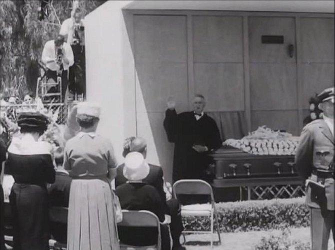 Před 30 příbuznými a přáteli promluvil i kněz.