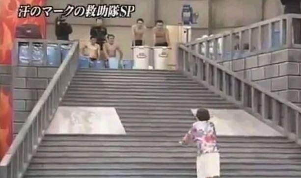 Tato hra spočívá v tom, že je potřeba se dostat po schodech nahoru, ovšem ty jsou kluzké a navíc se na soutěžícího řítí cestou spousta překážek.