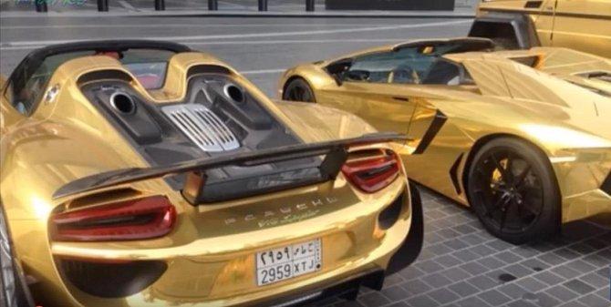 Porsche celé ve zlatě není na silnicích výjimkou