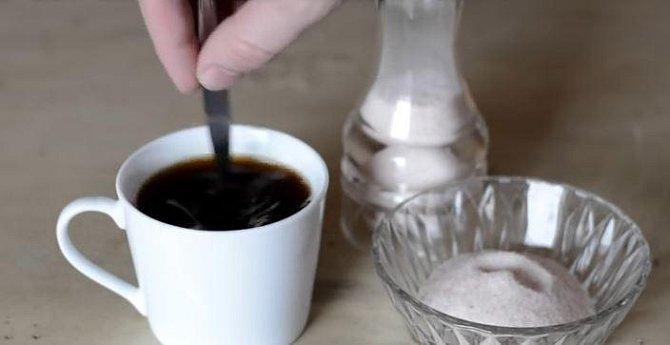 Kávu se solí dobře promíchejte a pak už stačí si svůj šálek jen vychutnat.