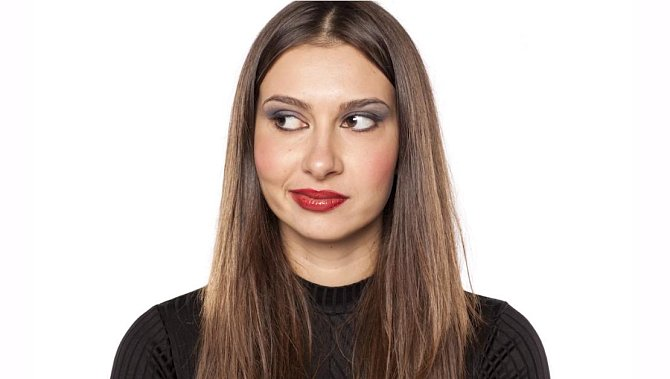 Omyl číslo 9 - Tato chyba nesouvisí přímo s vlasy, ale vaším vzhledem. Jedná se o moc make-upu.