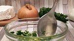 Do misky vložte olivový olej, česnek, petrželku, nastrouhaný Parmezán a trochu soli. Vše dobře promíchejte.