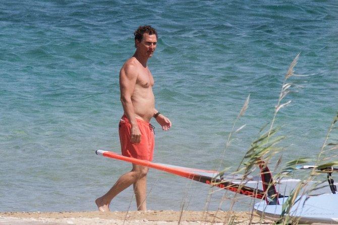 Matthew McConaughey si užívá a na pupku je to znát.