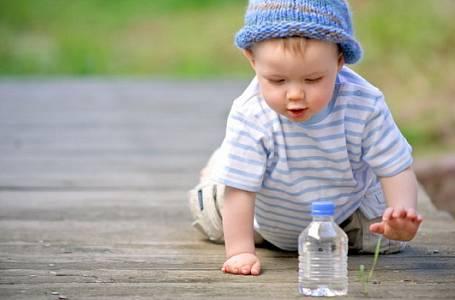 Kojenecká voda: Proč je pro miminko nezbytná
