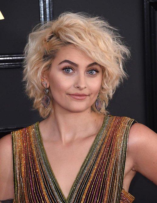 Účesy celebrit na udílení cen Grammy 2017 - Paris Jackson