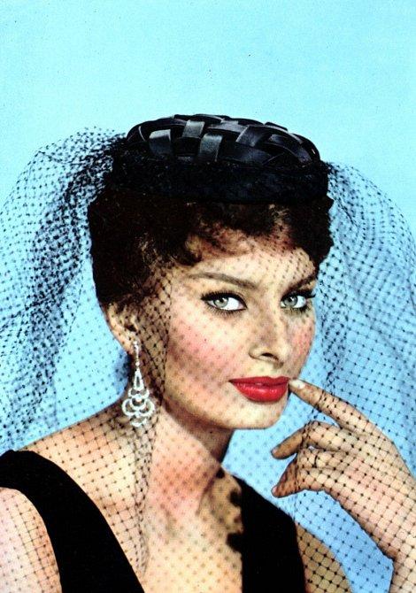 Rudá rtěnka a výrazné oči, to je Sophia Loren.