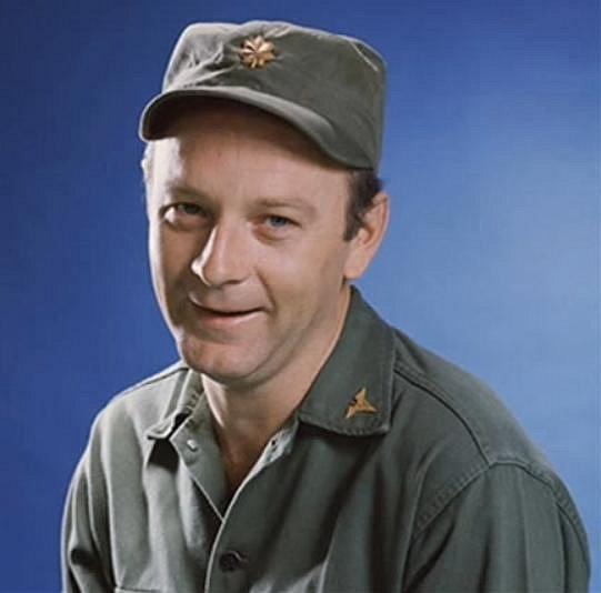Larry Linville: Herec byl známý coby postava majora Franklina Marion Burnse.