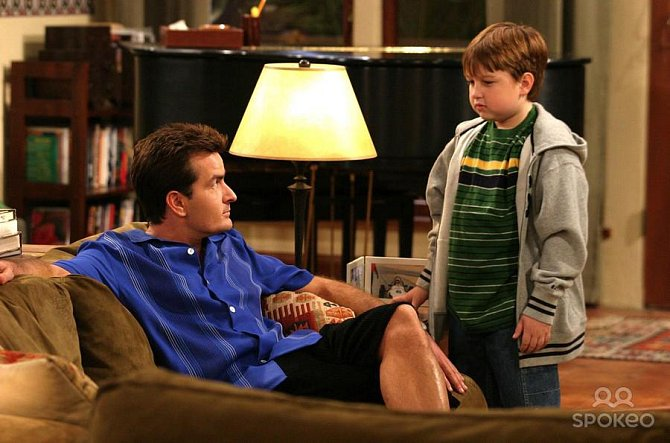 Angus T. Jones coby Jake Harper s Charlie Sheenem coby Charlie Harperem v seriálu Dva a půl chlapa.