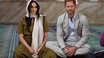 Vévodkyně Meghan dodržuje kulturní zvyklosti a při návštěvě mešity se zahalila.