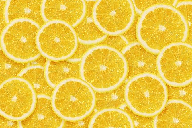 Do malé misky si nachystejte vatu nebo vatové tampónky, které důkladně pokapete citrónovou šťávou. Misku pak umístěte volně do lednice, nasaje do sebe všechny nepříjemné zápachy. Nezapomeňte obsah misky po čase vyměnit.