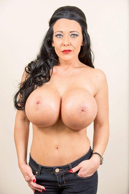 Debbie Delamar, pornoherečka, se chlubí největšími umělými prsy v Británii