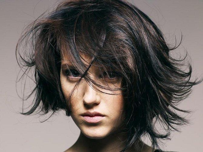 Vlasy jsou plné pohybu, účesy mají ostré linie a symbolicky vyjadřují připravenost k boji. Odstíny se pohybují od lesklé černé po ohnivou červenou nebo blond s tmavými spodními partiemi.