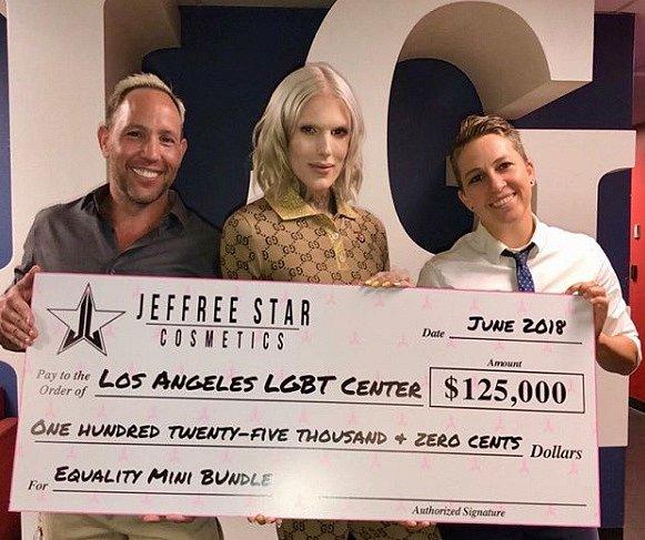 Jeffree rád podporuje různé skupiny, které jsou zaměřeny na LGBTQ komunitu.
