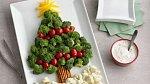 Pro ty z vás, kdo máte rádi obložené mísy, můžete z jídla vykouzlit vánoční stromeček. Z brokolice, rajčat a papriky.