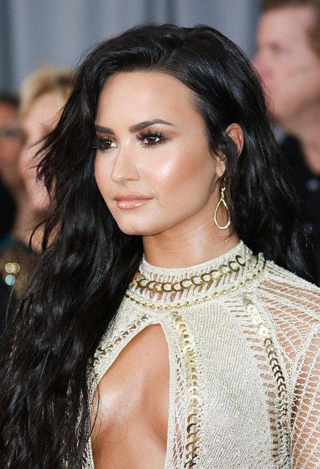 Účesy celebrit na udílení cen Grammy 2017 - Demi Lovato