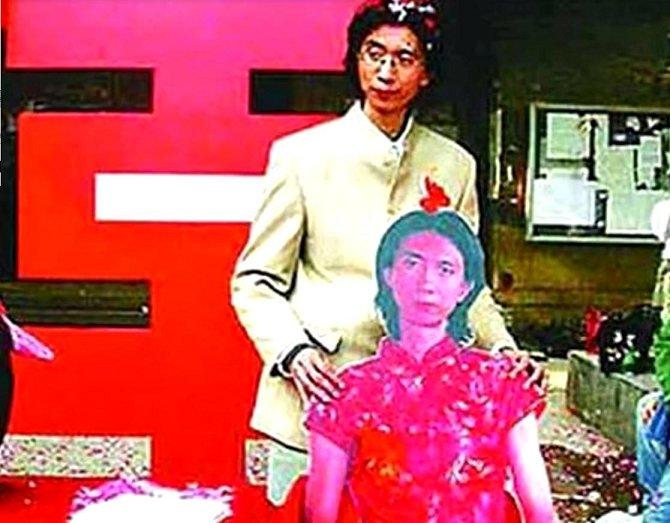 Číňan Louie si v roce 2007 vzal sám sebe (při obřadu měl vedle sebe svou fotografii v životní velikosti v ženských šatech).