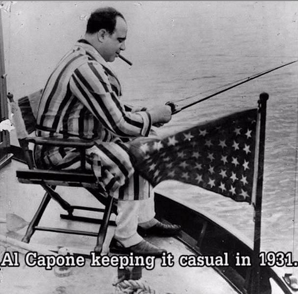 Al Capone si v nedbalkách užívá na rybách. Fotografie je z roku 1931, v říjnu tohoto roku byl boss odsouzen k 11 letům vězení, do kterého nastoupil v květnu 1932.