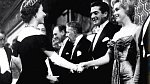 Marilyn Monroe díky své slávě získala také možnost osobně se seznámit s anglickou královnou Alžbětou II. V době setkání bylo oběma ženám přibližně stejně. Marilyn doprovázel její tehdejší manžel režisér Arthut Müller.