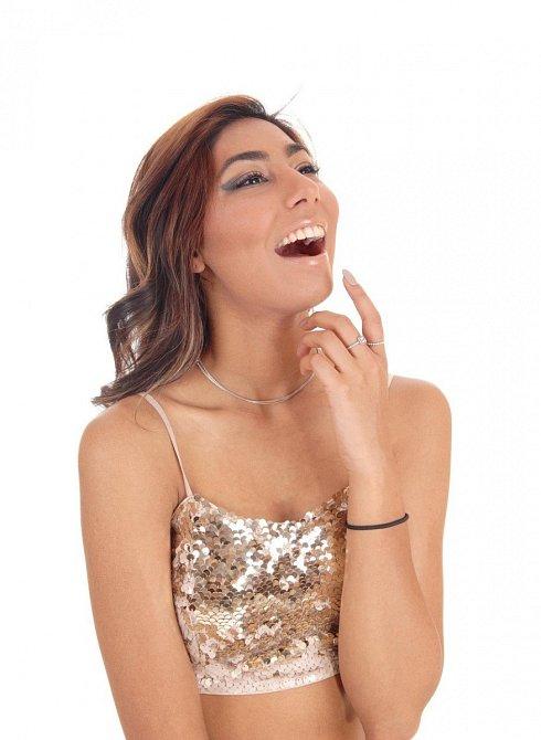 A ani se nesměje nahlas. Dáma se může chichotat a usmívat, ale hlasité výbuchy smíchu nejsou vhodné.