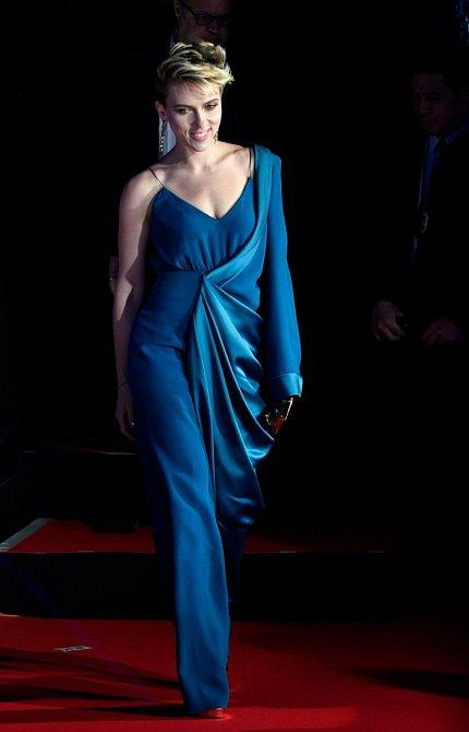 Premiéra filmu si vyžádala modrou róbu, ve které Scarlett přímo zářila.