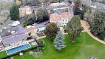 Dům George Clooneyho se nachází na venkově ve Velké Británii, zhruba padesát kilometrů proti proudu Temže od Londýna. Lokalitě se říká Sonning Eye a je na Oxfordshire.