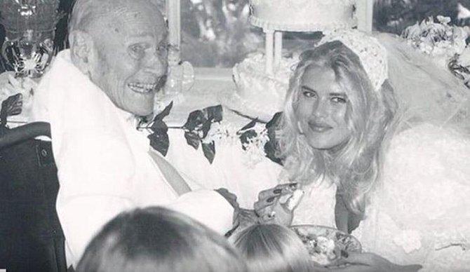 Anna Nicole Smith prokázala nadpřirozené schopnosti už tím, že se vdala za miliardáře s osmi křížky na krku.