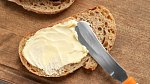 Chleba s máslem a solí, základ každé snídaně.