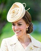 Co jiného si vzít na zahradní slavnost než klobouk ve tvaru květiny?