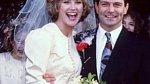 Hvězda osmdesátek Andrea Turner se vdávala za Petera Powella v roce 1990. Povšimněte si bílých punčoch a podivného květinového věnce na její hlavě.