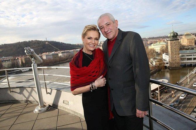Helena Vondráčková a Martin Michal - 13 let. Když se v roce 2001 zpěvačka rozvedla s německým hudebníkem Helmutem Sickelem, se kterým žila téměř dvacet let, chtěla si od mužského pokolení na čas odpočinout. Jenže lásce se poručit...