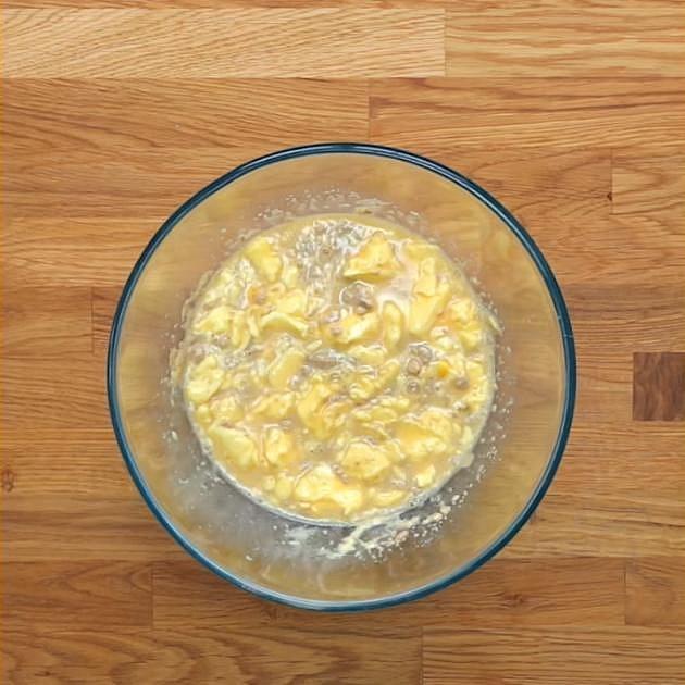 Nejprve si připravíte těsto. Do mísy nalijte teplé mléko, hrnek cukru, droždí, máslo, našlehaná vejce a sůl a vše dobře promíchejte.