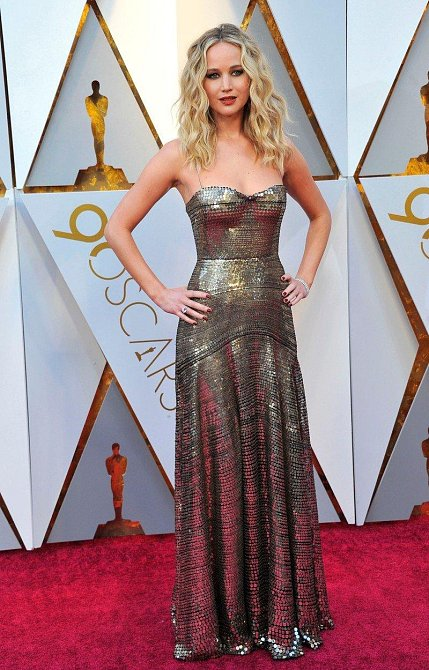 Jennifer Lawrence šaty neurazí, ale ani nenadchnou.