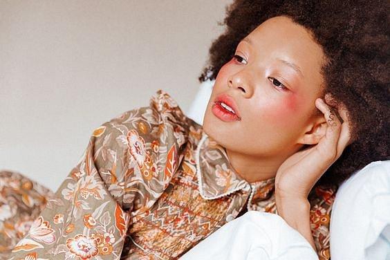 I v otázce tvářenek funguje móda. V 80. letech se tvářenka nosila takto.