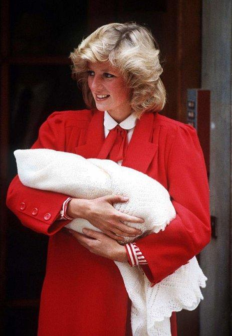 Diana přivítala Harryho v červených šatech s límečkem a inspirovala Kate.