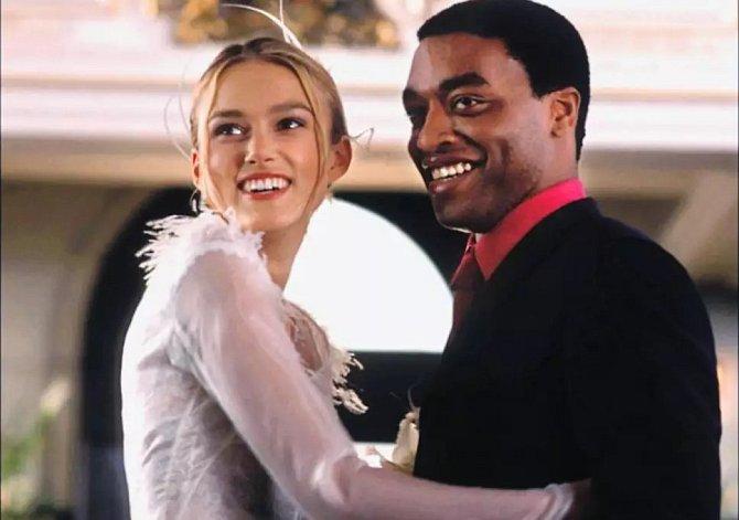 Keira Knightley jako Juliet a Chiwetel Ejiofor jako Peter ve filmu Láska nebeská